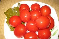 Готовые томаты в листе винограда